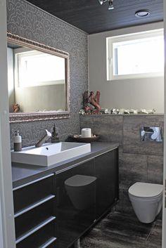 Liukuovikaapisto säästää tilaa myös kylpyhuoneessa. Klikkaa kuvaa, niin näet tuotteiden tiedot ja ostopaikat!