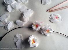 """I sakura in giappone sono i fiori di ciliegio, uno dei simboli del Giappone. A loro è dedicata la festa """"hanami"""", in cui si organizzano pic nic sotto gli alberi di ciliegio per ammirare la meraviglia della natura e assistere allo spettacolo della pioggia delicata di petali mossi dalla brezza primaverile. I rami fioriti trasmettono serenità e bellezza anche all'interno della casa, proviamo quindi a creare rami di  sakura di carta."""