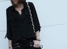La #chemise #fluide #noire que porte @mellelunettes provient de son magasin #babou ! (12€)