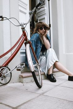 look saia midi, saia plissada, metalizado, jaqueta jeans vintage, vintage, sophia amoruso, girlboss, bike, bicicleta vintage, óculos redond, saia midi e tênis, blogger, blogueira gaucha, look do dia, outfit, fashion Jeans Vintage, Look Vintage, Female Pictures, Mode Style, Fashion Studio, Vogue, Bike, Style Inspiration, Skirts