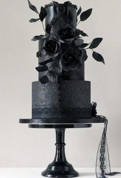 30 Stylish Black Wedding Cake For Unique Occasions - Hochzeit Gothic Wedding Cake, Gothic Cake, Black Wedding Cakes, Floral Wedding Cakes, Amazing Wedding Cakes, Elegant Wedding Cakes, Wedding Cake Designs, Wedding Black, Cake Wedding