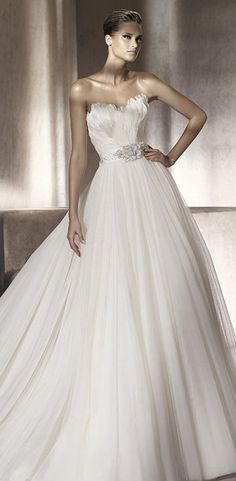 scalloped sweetheart neckline wedding dress by Manuel Mota #weddingdresses