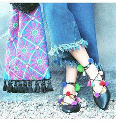 Pisos del dedo del pie puntiagudo en negro/griego diseñador/pom pom/oro monedas/hecho a mano zapatos/puntiagudos plano con encaje Aelia de aeliasandals en Etsy https://www.etsy.com/es/listing/385537024/pisos-del-dedo-del-pie-puntiagudo-en
