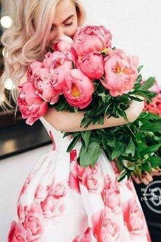 Flower Girl Photos, Girls With Flowers, Love Flowers, My Flower, Flower Power, Artistic Photography, Girl Photography, Flower Centerpieces, Wedding Centerpieces