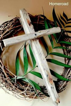 Rustic Easter Cross but add the fabric drape of purple, then change to white on Easter Sunday. Resurrection Day, Cross Wreath, Diy Ostern, Easter Cross, Easter Celebration, Easter Wreaths, Holiday Crafts, Flower Arrangements, Scrapbooking