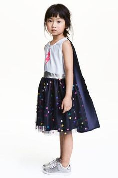 Hi H&M. I want to buy the super hero dress for my girls, but the size ranges it's available in are different from the size ranges in your size guide. I have no idea if I need 2-4 years or 4-6 years, and whether I'll need 6-8 years or 8-10 years as there is no measurements given. Could you help? http://www2.hm.com/en_gb/productpage.0458841001.html#Dark blue/Stars | PSSST! WANT SIMILAR LOOKS BUT AT THE LOWEST PRICES THAN THE HIGH STREET | CHECK OUT www.damialeon.com | SHOP THE LATEST TRENDING…