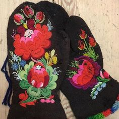 Vantar yllebroderi Swedish Embroidery, Folk Embroidery, Hand Embroidery Designs, Embroidery Patterns, Embroidered Clothes, Handicraft, Folk Art, Arts And Crafts, Hand Painted