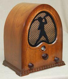 Peter Pan Radio Jackson-Bell model 84, 1931. Radio Antigua, Music Machine, Television Set, Retro Radios, Antique Radio, Timber Wood, Electrical Engineering, Pinball, Peter Pan
