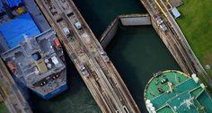 Vista aerea esclusas canal de Panama Barcos en transito