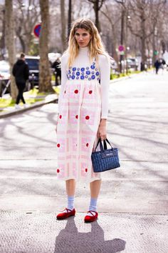 How To Wear Wallpaper Dresses This Spring To Look More Stylish And Cheerful Simple Dresses, Nice Dresses, Dress Over Pants, Dress Outfits, Fashion Dresses, Orange Handbag, Beige Trench Coat, White Turtleneck, Embellished Top