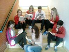 """Otro grupo de alumnos de 2º de Bachillerato leyendo """"Los girasoles ciegos"""", uno de los libros obligatorios para la PAU en Andalucía."""