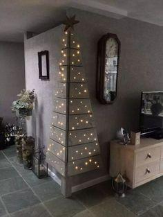 Corner Christmas Tree, Creative Christmas Trees, Diy Christmas Decorations Easy, Pallet Christmas, Wooden Christmas Trees, Modern Christmas, Simple Christmas, Christmas Diy, Xmas