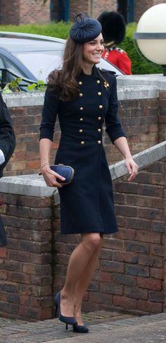 También tenía botones dorados el abrigo-vestido de la marca británica que se puso en 2011 durante un acto celebrado en Windsor. (Foto: Samir Hussein / WireImage / Getty Images).