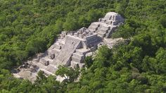 """La antigua ciudad maya de Calakmul en el estado de Campeche, así como los bosques tropicales de la misma zona, fueron inscritos como un """"bien mixto"""" en la lista de Patrimonio Mundial de la UNESCO, informó este sábado el Instituto Nacional de Antropología e Historia (INAH)."""