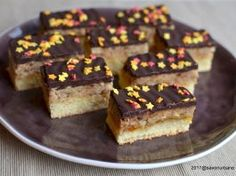 Prajitura pufoasa cu crema de nuca Franzi Schnittl Something Sweet, Cupcake Cakes, Biscuits, Caramel, Food And Drink, Gluten, Sweets, Cookies, Desserts