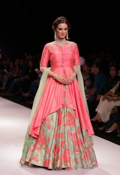 celebstills: Evelyn Sharma On The Ramp in Dhruv Jewellery Collection At IIJW 2015