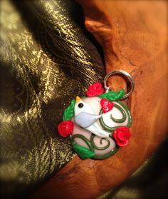 pendentif (médaillon) oiseau romantique, feuillage, roses rouges et coeur rouge (bijou en fimo) : Pendentif par aragande