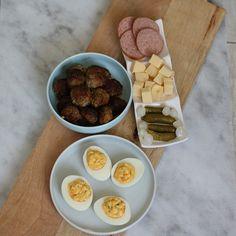 Borrel tijd! Wat moeten we nu met Koningsdag als we niet naar de markt of een festival mogen? Dan is het hoog tijd om te borrelen. Lekker genieten van een Hollandse borrelplank. Hollandser kan eigenlijk niet. Waar ga jij de borrelplank mee uitbreiden? Of welk typische Hollandse recept mag volgens jou echt niet missen op deze borrelplank? Kijk voor de recepten van de eieren en de gehaktballen op www.fionakookt.nl #fionakookt #gadvergluten #glutenvrij #lactosevrij #FODMAP #lactosefree… Fodmap