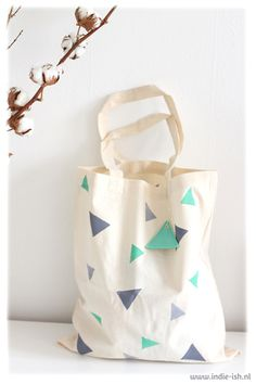 Handbedruckter Jutebeutel mit Dreiecken // Handprinted tote bag with triangles by Indie-ish via DaWanda.com