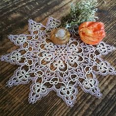 Finally finished my Starlight Doily yesterday. After streching, blocking and ironing it lies nice and flat. Liked the pattern very much. It is easy to tat but still nice to work at.  I used two colours of Lizbeth Thread size 80. The doily measures 16, 5 cm/6.5 inches in diameter.