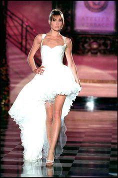 Carla Bruni défilant pour Versace collection haute couture printemps/été 1995