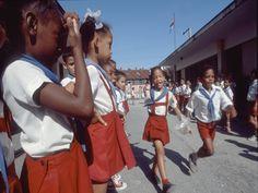 As crianças de Cuba também usam uniforme moderno e um pouco social