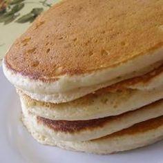Panqueques esponjosos estilo americano @ http://allrecipes.com.ar 12 panqueques 250cc de leche 125g de harina común 1 huevo 3 cucharadas de azúcar 3/4 cucharadita de sal 2 cucharadas de manteca o margarina, ablandadas 4 cucharaditas de polvo para hornear
