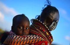 Mayo 20 de 2012 - Una mujer de la tribu Turkana carga un bebé en su espalda en el Festival del Lago Turkana en Loiyangalani, al norte de Kenya. (AFP/VANGUARDIA LIBERAL)