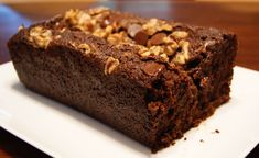 Honey and Date Bread: this moist cake includes two symbolic Rosh Hashanah foods: honey and dates. We eat honey in hopes of a sweet new year, and dates are part of the Sephardic Rosh Hashanah Seder. Jewish Recipes, Diabetic Recipes, Date Cake, Honey Cake, Loaf Cake, Rosh Hashanah, Moist Cakes, Special Recipes, Quick Easy Meals