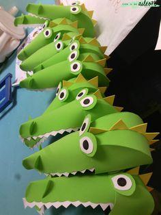 ¡Hola! ¡Por fin el trabajo me deja dedicarle una entradita al blog! llevo dos semanas con muuuucho trabajo, así que si tengo algún rato libre, lo utilizo para estar con mis hijos o mi gente. Bueno, hace unos días, colgué en mi instagram un disfraz de cocodrilo que hicimos para la fiesta de fin de … Alligator Costume, Diy Dinosaur Costume, Dinosaur Party, Crocodile Craft, Crocodile Costume, Book Day Costumes, Diy Costumes, Peter Pan Costumes, Hat Crafts