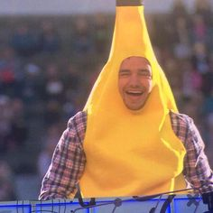 """""I'm just here to make people smile I kinda consider it my job role"" One Direction"" Liam Payne, One Direction Images, One Direction Pictures, Niall Horan, Louis Tomlinson, Banana Costume, Harry Styles Memes, Family Show, Thing 1"