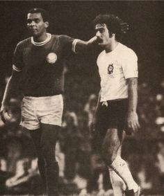 Luís Pereira dá um leve tapa na cabeça de Rivelino após iniciar a jogada do gol que deu o título paulista de 1974 ao Palmeiras