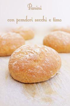 Panini con pomodori secchi e timo per il World Bread Day - Aromatic bun with sun-dried tomatoes and thyme #WBD2014 #pane #bread