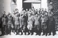"SS-Obersturmbannführer Max Wünsche (Kommandeur SS-Panzer-Regiment 12), SS-Hauptsturmführer Hubert Meyer (Ia 1. Generalstabsoffizier einer höheren Dienststelle - Leiter der Führungsabteilung), SS-Sturmbannführer Fritz Buchsein (IIa Generalstabsoffizier), dan SS-Hauptsturmführer Albert ""Papa"" Schuch (Kommandeur Stabquartier Adjudantur-Abteilung). Baris ketiga: SS-Sturmbannführer Hermann Weiser (Korps-Adjutant), SS-Sturmbannführer Bernhard Krause (Kommandeur I.Bataillon…"