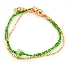 Dubbel armbandje bestaande uit een fijn goudkleurig bolletjesketting armbandje en een armbandje gemaakt van groene mouline met een mooie, facet geslepen glaskraal. Dit armbandje is heel leuk te combineren met diverse andere armbanden. Het armbandje heeft een lengte van 17 cm en heeft een verlengkettinkje van 3,5 cm. Zie afbeelding.
