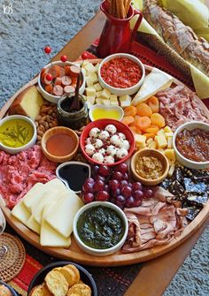 Tábua de queijos e frios Party Food Platters, Cheese Platters, Brunch Recipes, Appetizer Recipes, Brunch Food, Charcuterie And Cheese Board, Appetizers For Party, Food Presentation, Food And Drink