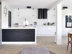 Svart hvitt kjøkken, lekker ventilatorer
