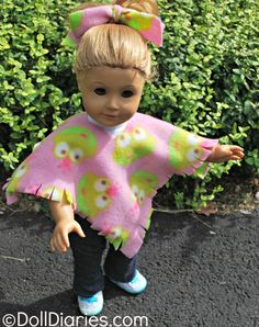 Play Day 93 – Easy No Sew Fleece Poncho for Dolls Love this easy No Sew Fleece Poncho for Dolls. Perfect for left over fabric!Love this easy No Sew Fleece Poncho for Dolls. Perfect for left over fabric! Sewing Doll Clothes, Sewing Dolls, Girl Doll Clothes, Doll Clothes Patterns, Girl Dolls, Baby Dolls, Diy Clothes, Doll Patterns, Dolls Dolls