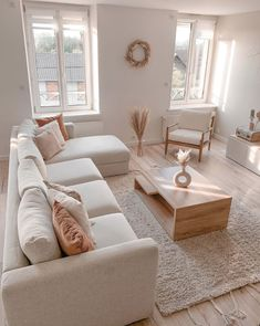 Salon cosy : idée déco pour un salon chaleureux et lumineux Boho Living Room, Spacious Living Room, Home And Living, Cream Living Room Decor, Cream And White Living Room, Living Room Apartment, Cozy Living Room Warm, Modern Living Room Table, Cosy Apartment