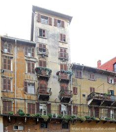 Vieille façade de bâtiment sur la PIAZZA DELLE ERBE de VÉRONE