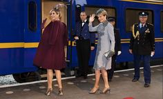 Zien: Máxima en Mathilde nemen de trein   Beau Monde