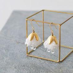 ※備考欄にてご希望の金具をご記入下さいませ。□ピアス□イヤリング花びらのように糸をまとめて耳飾りにしました。耳もとで2枚の花びらが揺れます。サイズモチーフ長さ:7cmタッセル:アクリル糸金具:ゴールドメッキ加工ピアスの場合は写真5枚目の金具となります。□ギフト包装賜ります。ギフト包装をすると送料が変わりますのでその分をギフト料金として頂いております。□他店舗と在庫を共有しておりますので売切れとなる場合があります。
