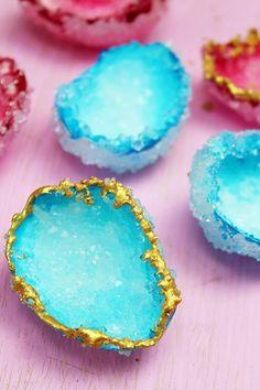 Kristalle lassen sich ganz einfach mit Alaune und Eierschalen selber züchten. Beide Materialien sind günstig zu kaufen. Klicke hier für die DIY Anleitung!