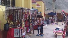 En las puertas de la Iglesia Matriz de Calango en la fiesta se colocan personas para vender manualidades y recuerdos de la Virgen de la Candelandaria.