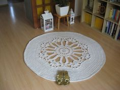 This carpet measures 150 cm in diameter and it used up 800 meters of cotton twine (5 mm thick). I used a 9 mm crochet hook. I made it only to practice a difficult flower stitch.