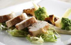 Restaurant Børkop Vandmølle Sensommermenu består af: Ristet sandart – gulerodssalat – citrusfløde  Perlehønebryst – romanesco – estragon  Glaseret lakridsmarengs – brombæris – sommerens bær