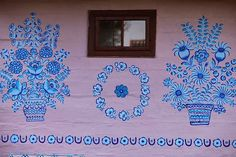 The people of Zalipie village, in Poland, decorate their picturesque whitewashed houses with beautiful floral motifs, making the whole place look like an outdoor art gallery Wooden Cottage, Painted Cottage, Feast Of Corpus Christi, Local Painters, Polish Folk Art, Glass Building, Arte Country, Arte Popular, Outdoor Art