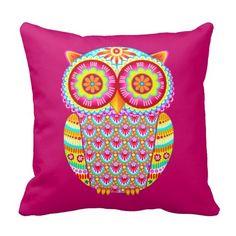 """Este travesseiro psicadélico bonito colorido da coruja caracteriza a arte bonito, colorida da coruja de Thaneeya McArdle!  Este travesseiro funky da coruja caracteriza cores brilhantes e o design detalhado, lunático tirados em um estilo da arte popular.  Você pode ver mais da arte de Thaneeya em seu Web site, <a href=""""http://www.thaneeya.com"""">www.thaneeya.com</a>."""