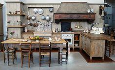 La Cucina Aurora è realizzata in legni antichi di prima patina, abete per base e struttura, rovere per il top. I materiali sono trattati al naturale, così da valorizzare e rendere intenso il sapore visivo del legno antico, che rimane morbido.