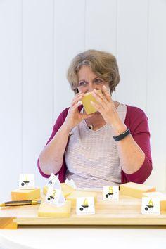 Käsesommeliére Marianne Lang aus Freising bei München bittet in der FOOD & FARM 2/16 zur Käseverkostung.